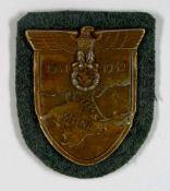 Auszeichnungen Wehrmacht Heer 2. Weltkrieg Krim, Ärmelschild, Zink bronziert, auf feldgrauer