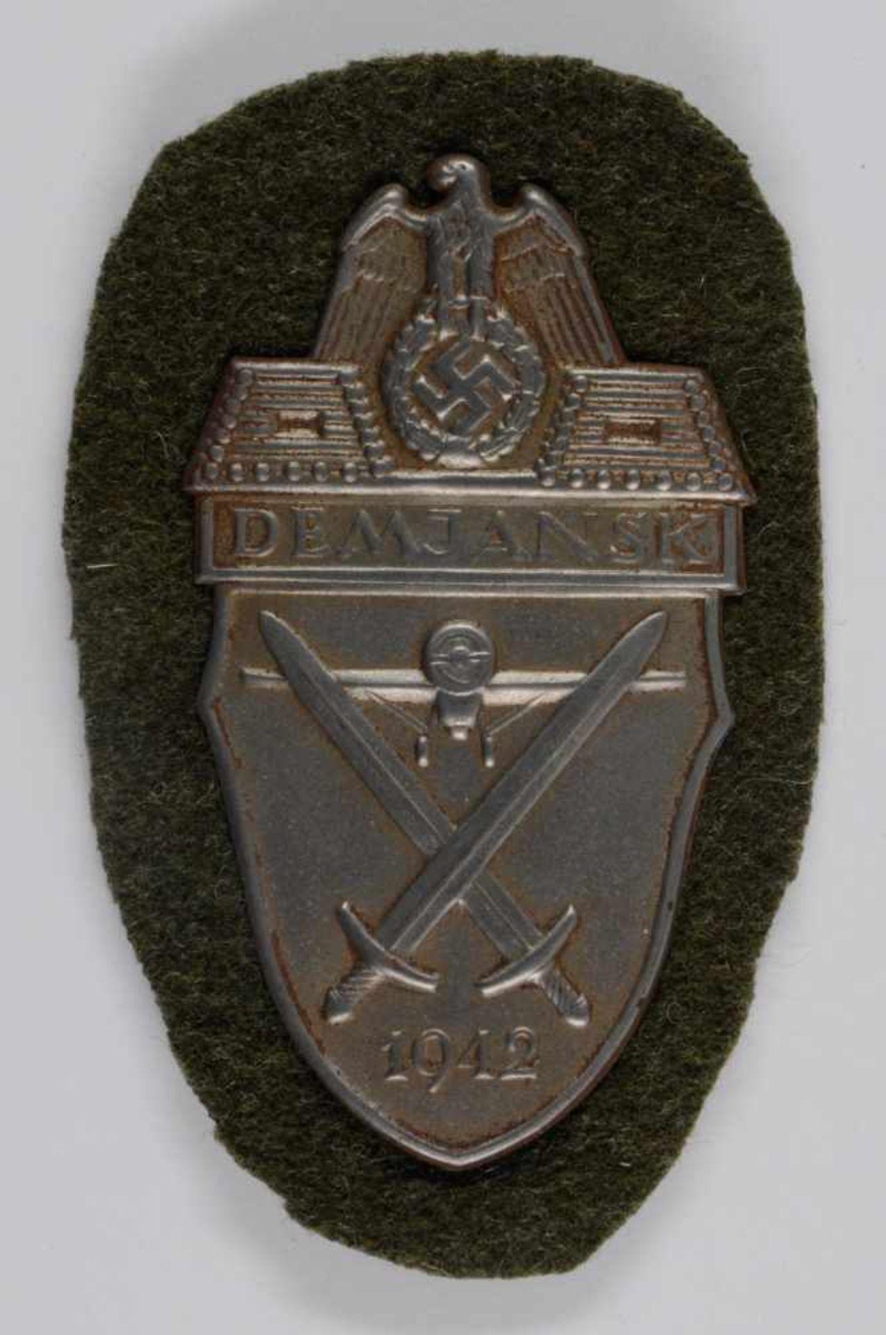 Auszeichnungen Wehrmacht Heer 2. Weltkrieg Demjansk-Schild 1942, Eisen getönt, magnetisch, auf