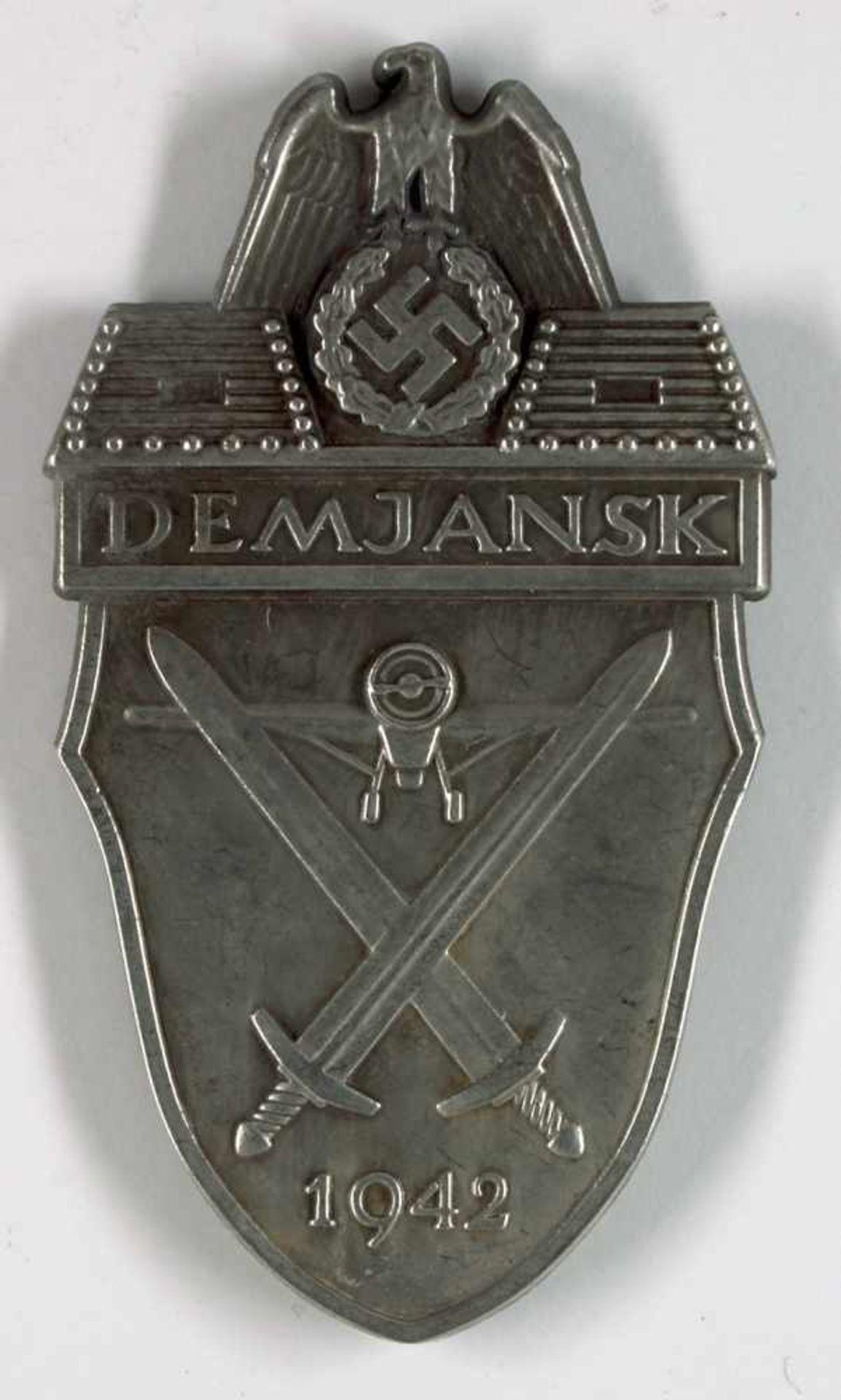 Auszeichnungen Wehrmacht Heer 2. Weltkrieg Demjansk Ärmelschild in Silbergrau, Eisen patiniert (