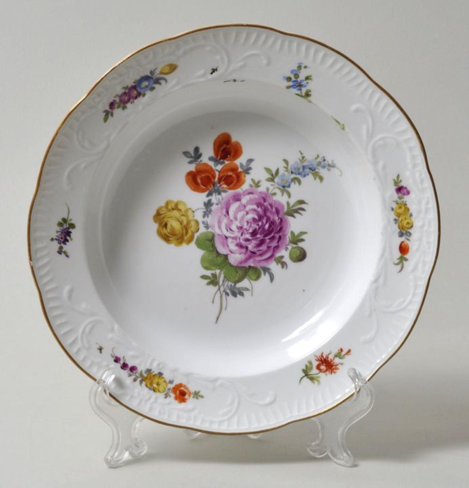 Los 37 - Tiefer Teller, Meissen, um 1770Porzellan. Neu-Spanischer Reliefzierrat, Manierblumenmalerei mit...