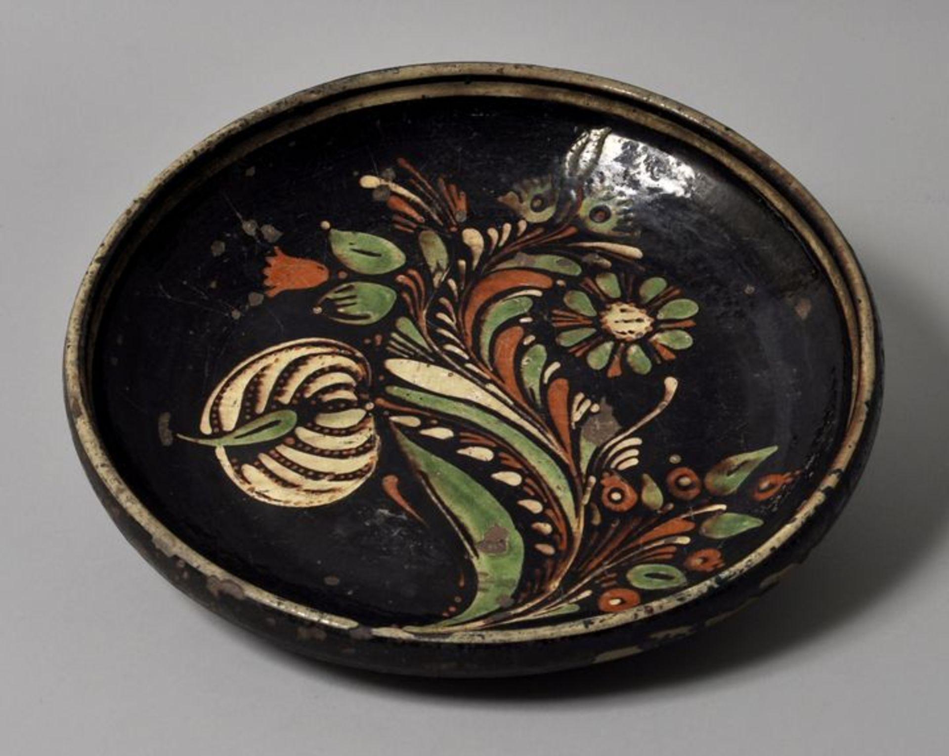 Los 13 - Flache Schale, Sachsen o. Kröning, 19. Jh.Irdenware, floraler Malhorndekor auf schwarzbrauner...