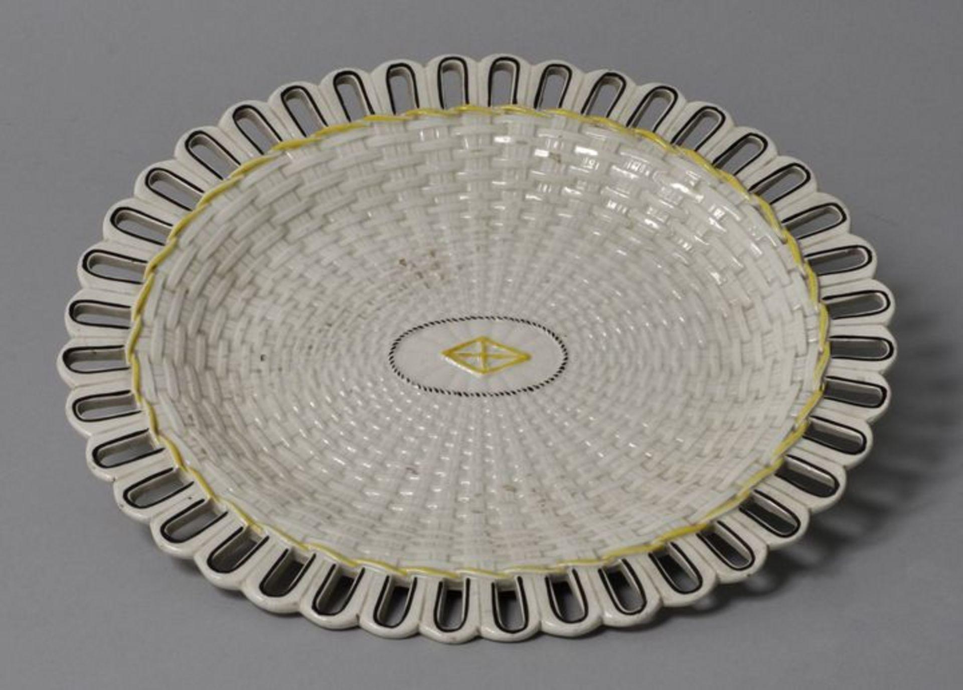Los 6 - Ovale Platte, wohl Wedgwood, Anf. 19. Jh.Steingut, Flechtwerkdekor. Staffiert in Schwarz und...