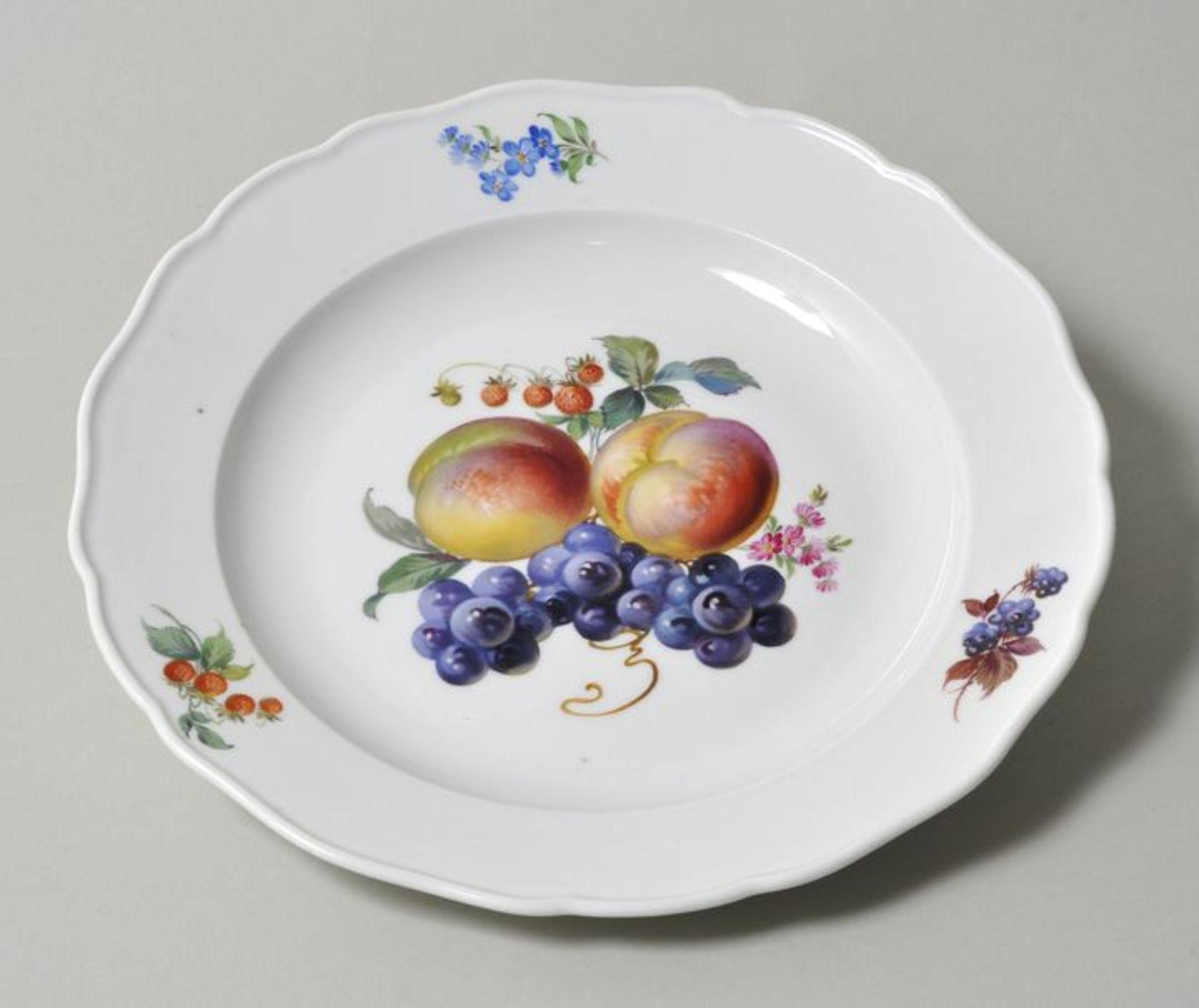 Los 32 - Teller, Meissen, 1. H. 20. Jh.Porzellan, Neuer Ausschnitt, polychrome Fruchtmalerei....