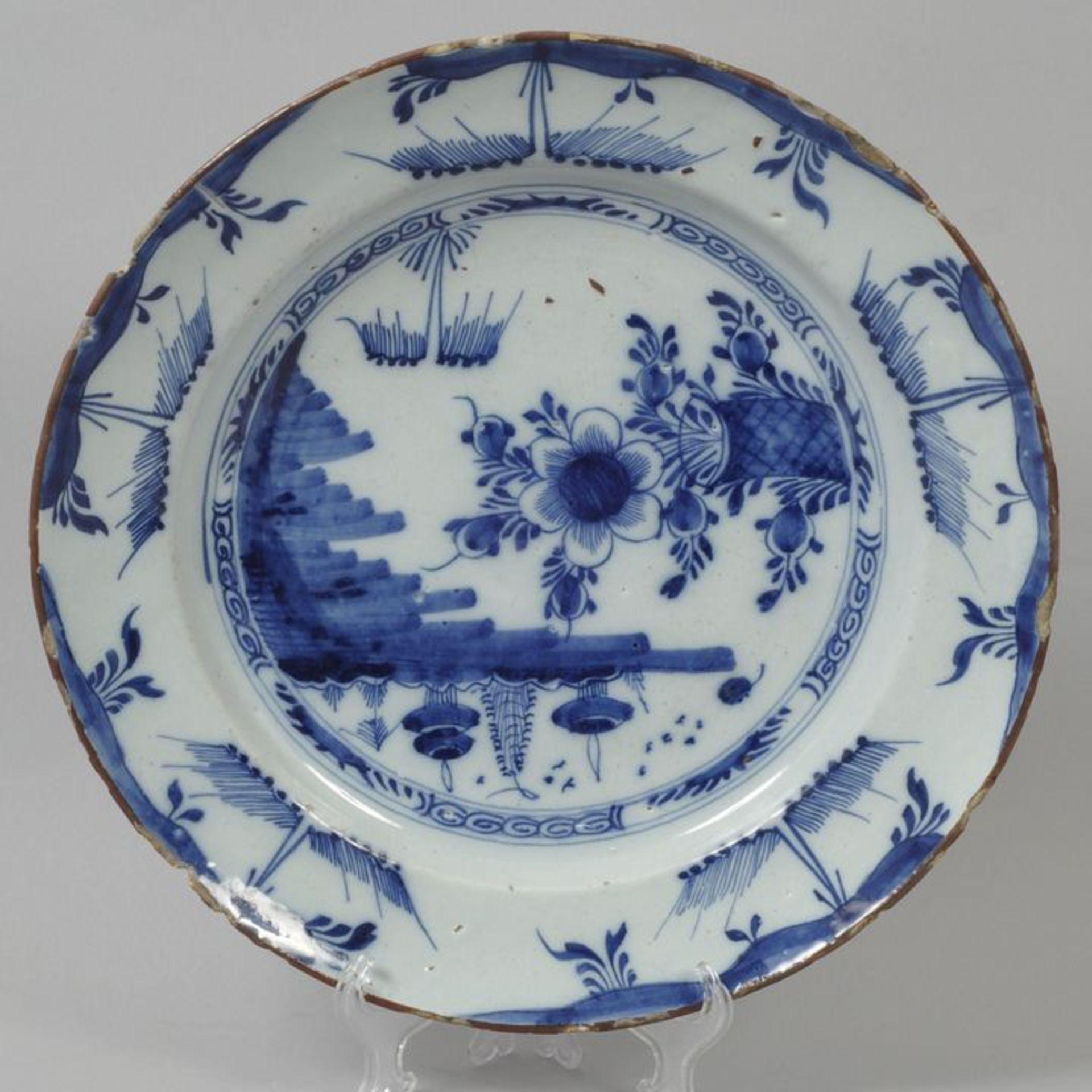Los 2 - Runde Platte, Delft, um 1700Fayence, in Blaumalerei auf weißer Glasur dekoriert. Glattrandige...