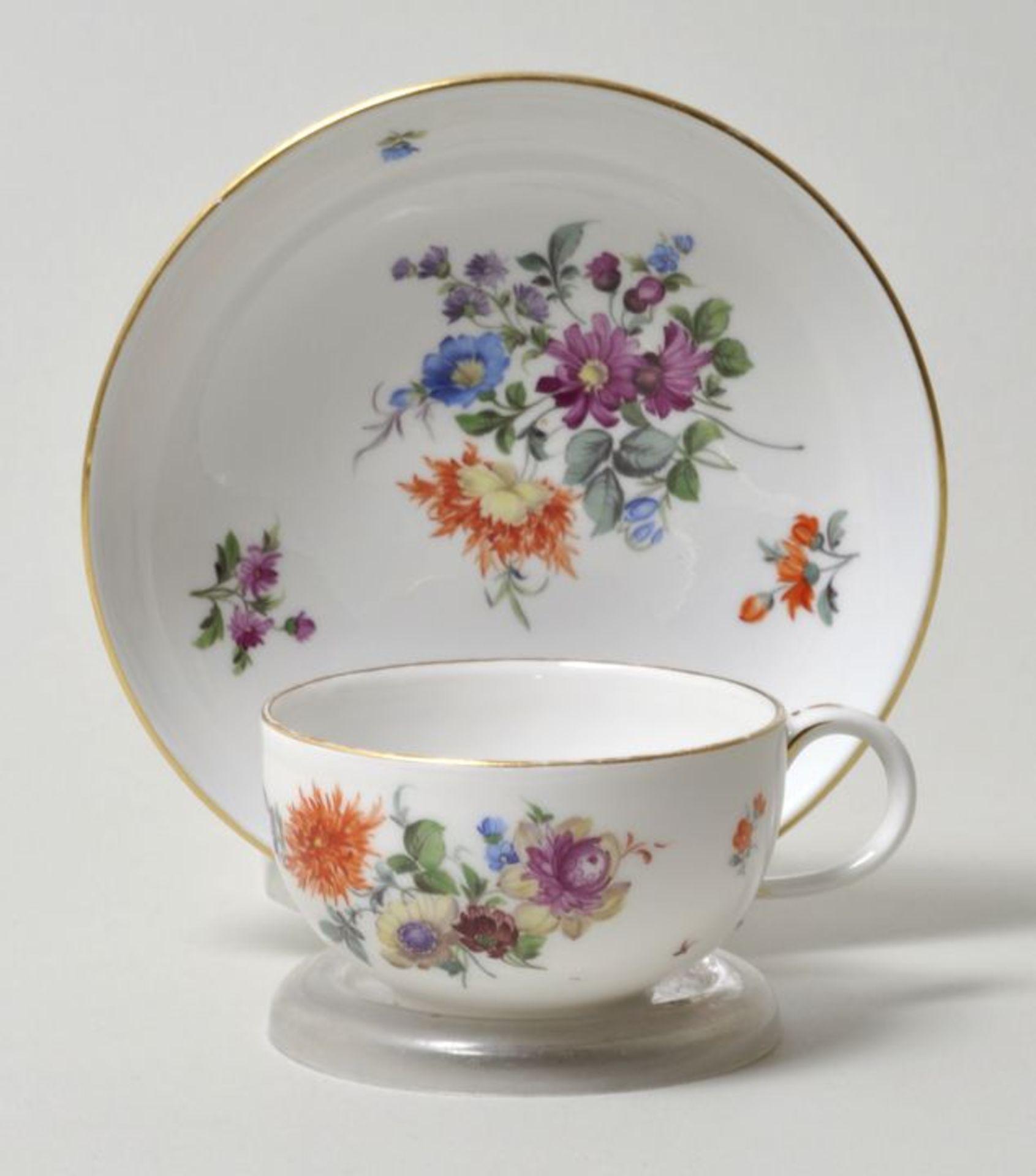 Los 34 - Tasse mit Untertasse, Meissen, um 1860Einfache Form mit Ohrenhenkel, seitliches Blumenbukett,...