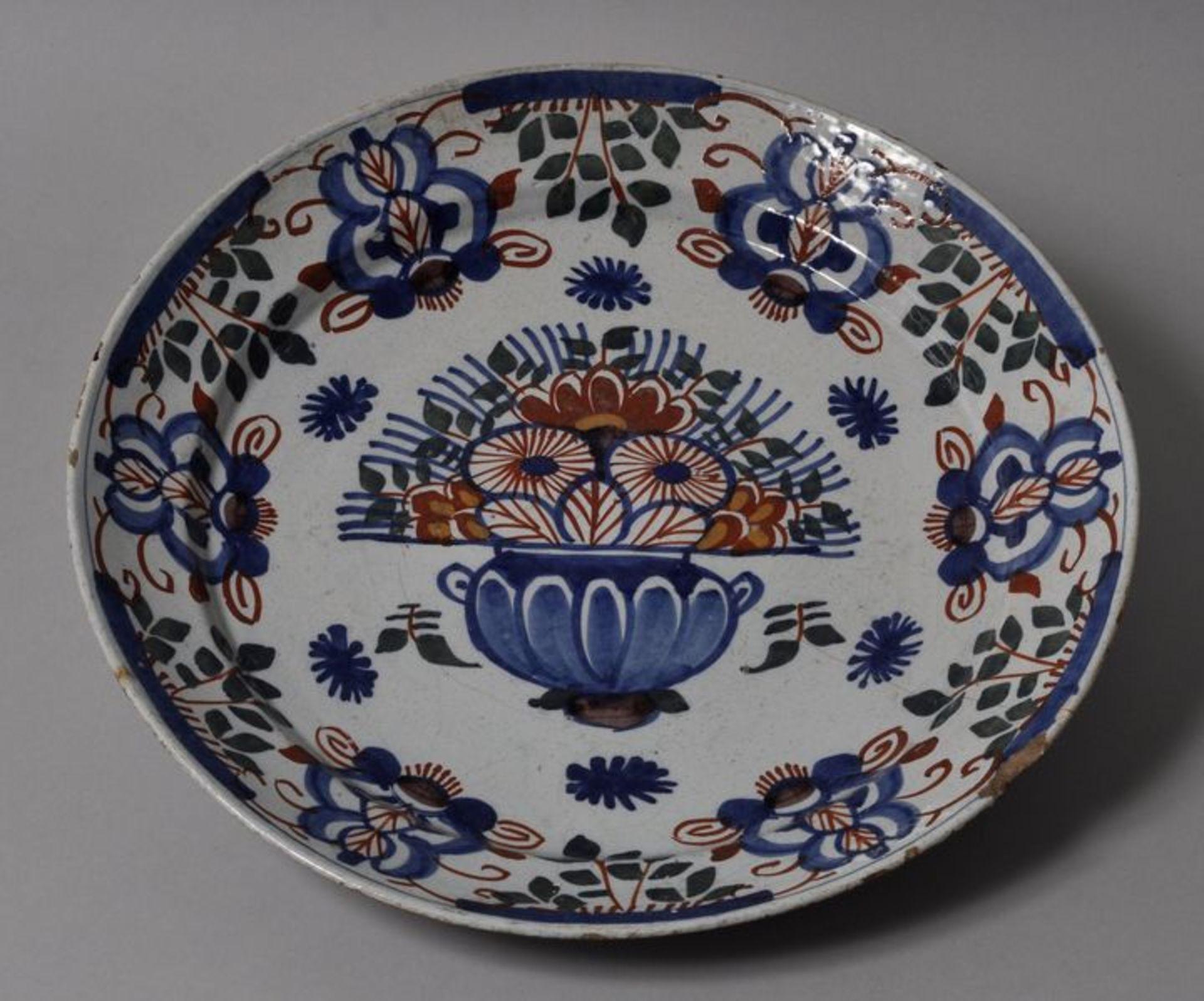 Los 10 - Runde Platte, Delft, 1. H. 18. Jh.Fayence, Pfauenmusterdekor in Blau, Eisenrot und Grün auf...