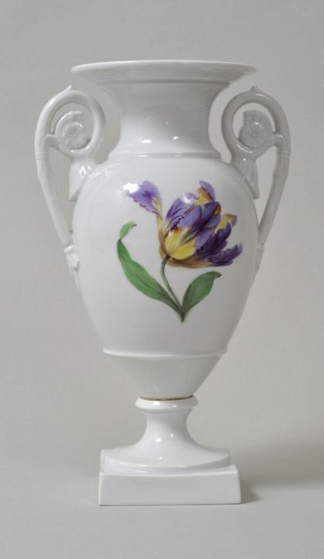 Los 40 - Amphorenvase, Meissen, 2. H. 19. Jh./ um 1900Porzellan, bunte Blumenmalerei (Blume 1) ohne Gold....