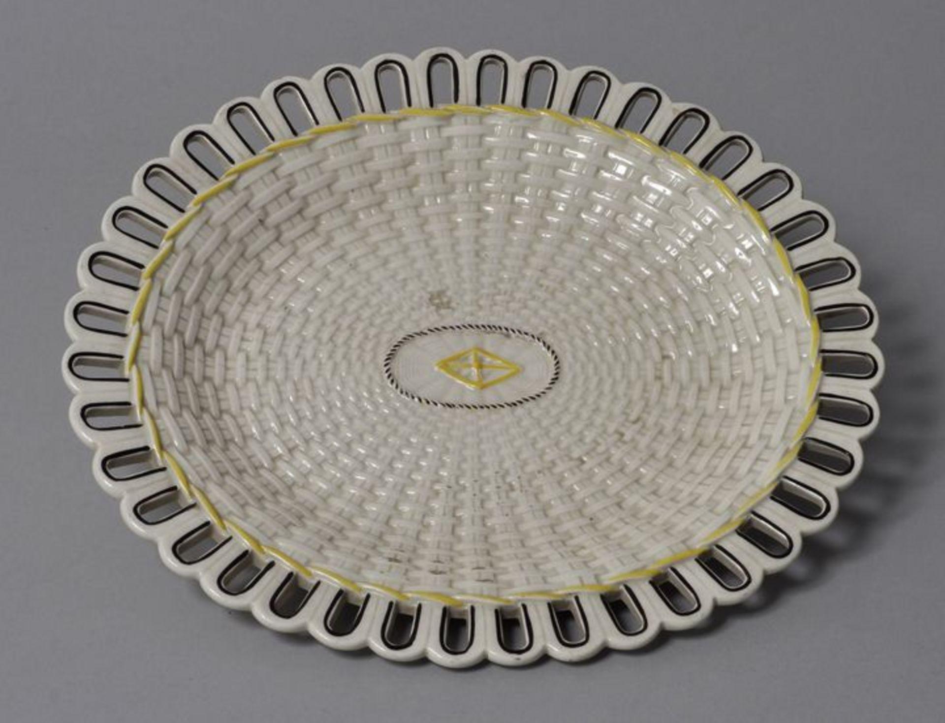 Los 4 - Ovale Platte, wohl Wedgwood, Anf. 19. Jh.Steingut. Flechtwerkdekor, in Schwarz und Gelb...