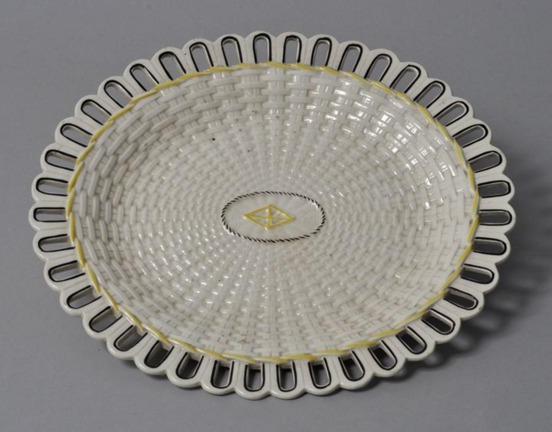 Los 5 - Ovale Platte, wohl Wedgwood, Anf. 19. Jh.Steingut. Flechtwerkdekor, durchbrochener Rand. In...