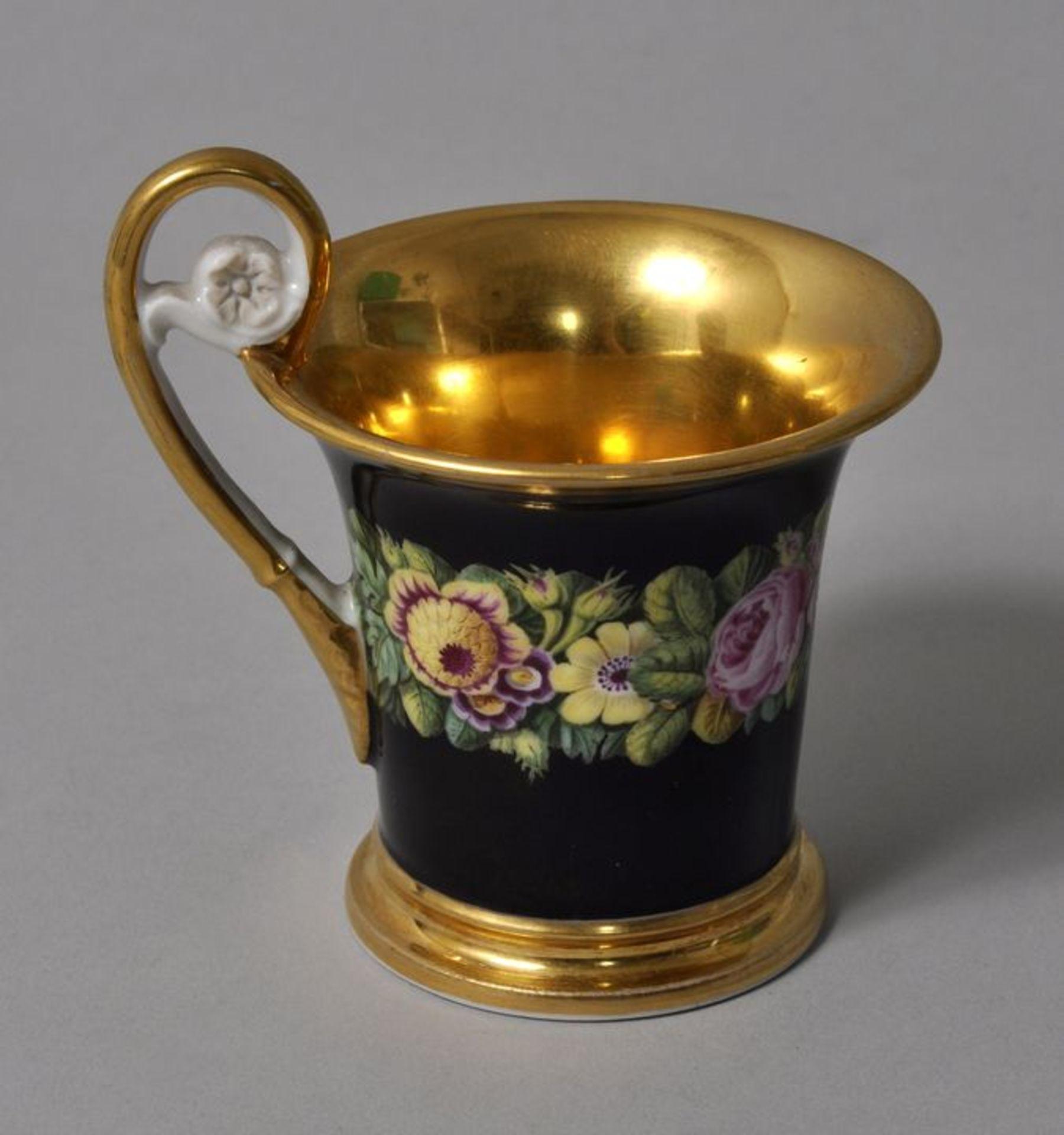 Los 22 - Tasse, Niderviller (?), um 1820Porzellan, zum Lippenrand hin ausschwingende Form, Volutenhenkel...