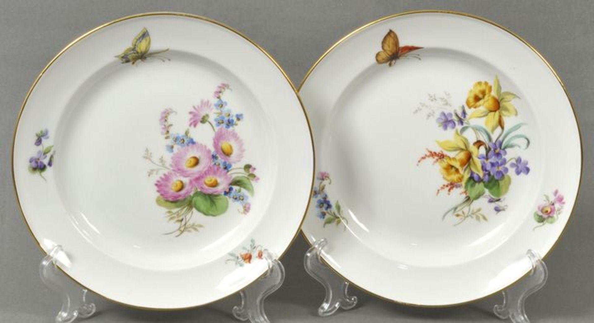 Los 39 - Paar Teller, Meissen, Mitte 20. Jh.Glattrandige Form, in Hausmalerei dekoriert mit seitlichen...