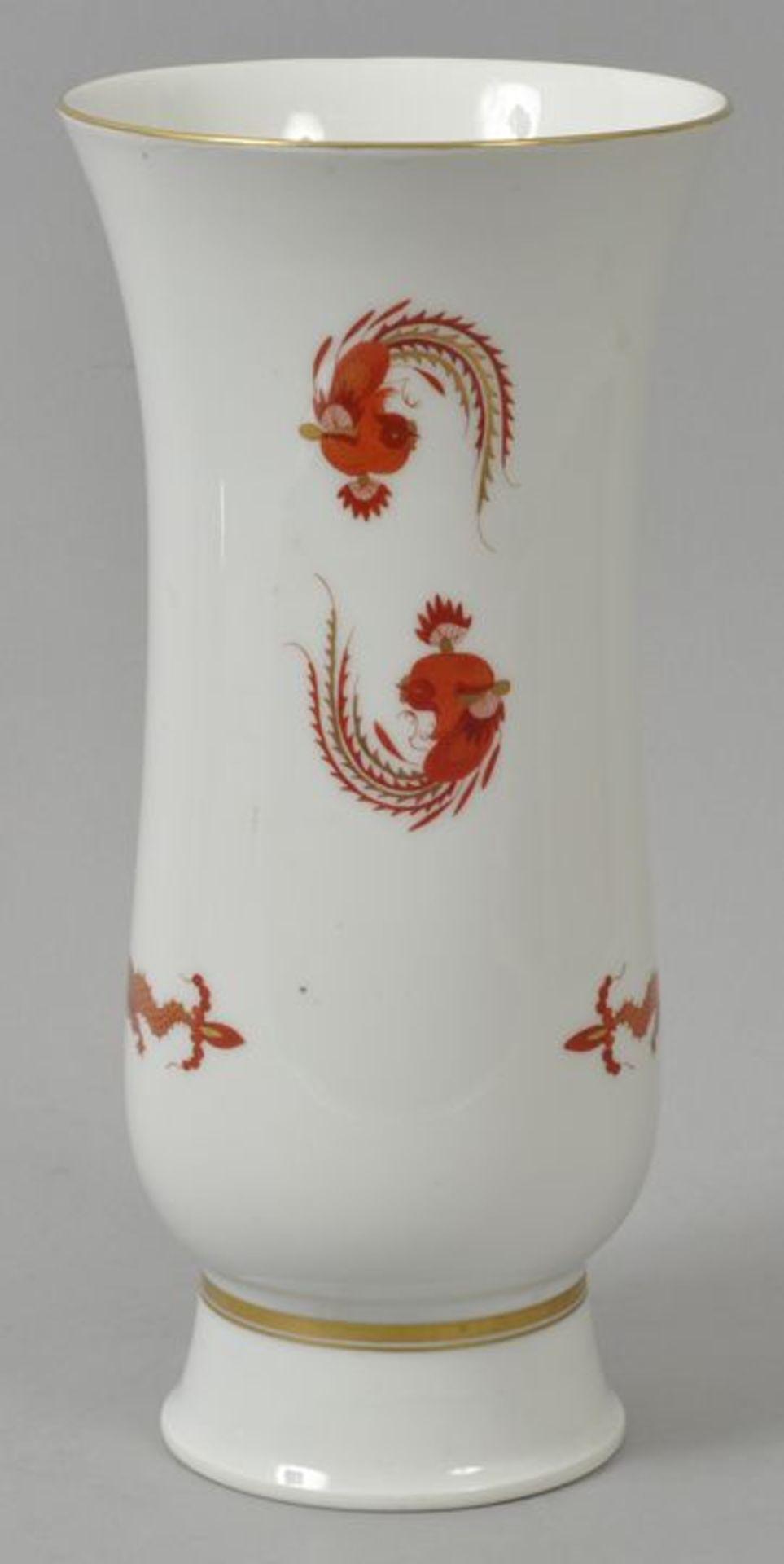 Los 43 - Vase, Meissen, 1. H. 20. Jh.Form auf hohem Standring, Dekor Reicher Drache in Eisenrot,...