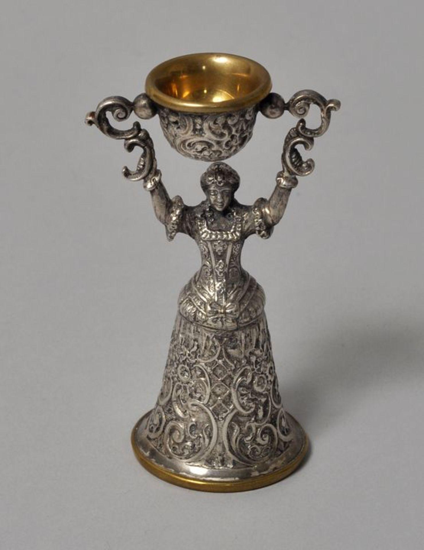 Los 54 - Kleiner Jungfrauenbecher (Miniatur), Historismus, 2. H. 19. Jh.Messing, versilbert. Figürliches...