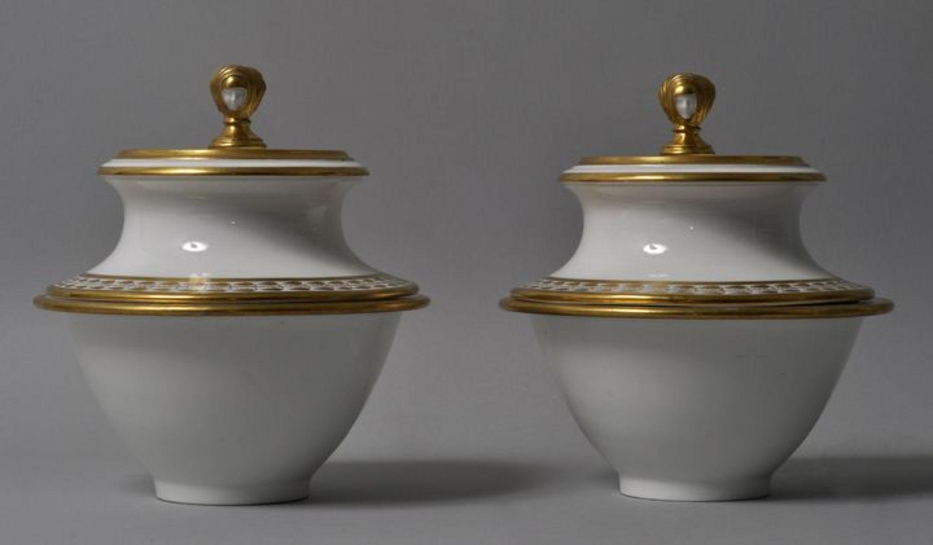 Los 20 - Paar Kaviardosen, Russland, 2. Drittel 19. Jh.Porzellan, Golddekoration. Zweiteilig mit...
