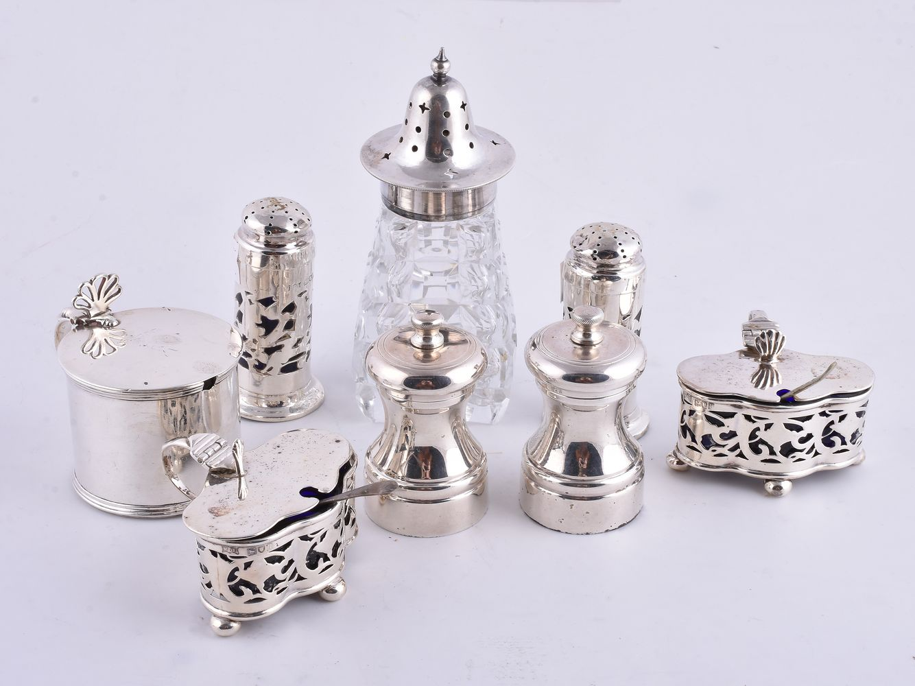 Lot 660 - A small collection of silver