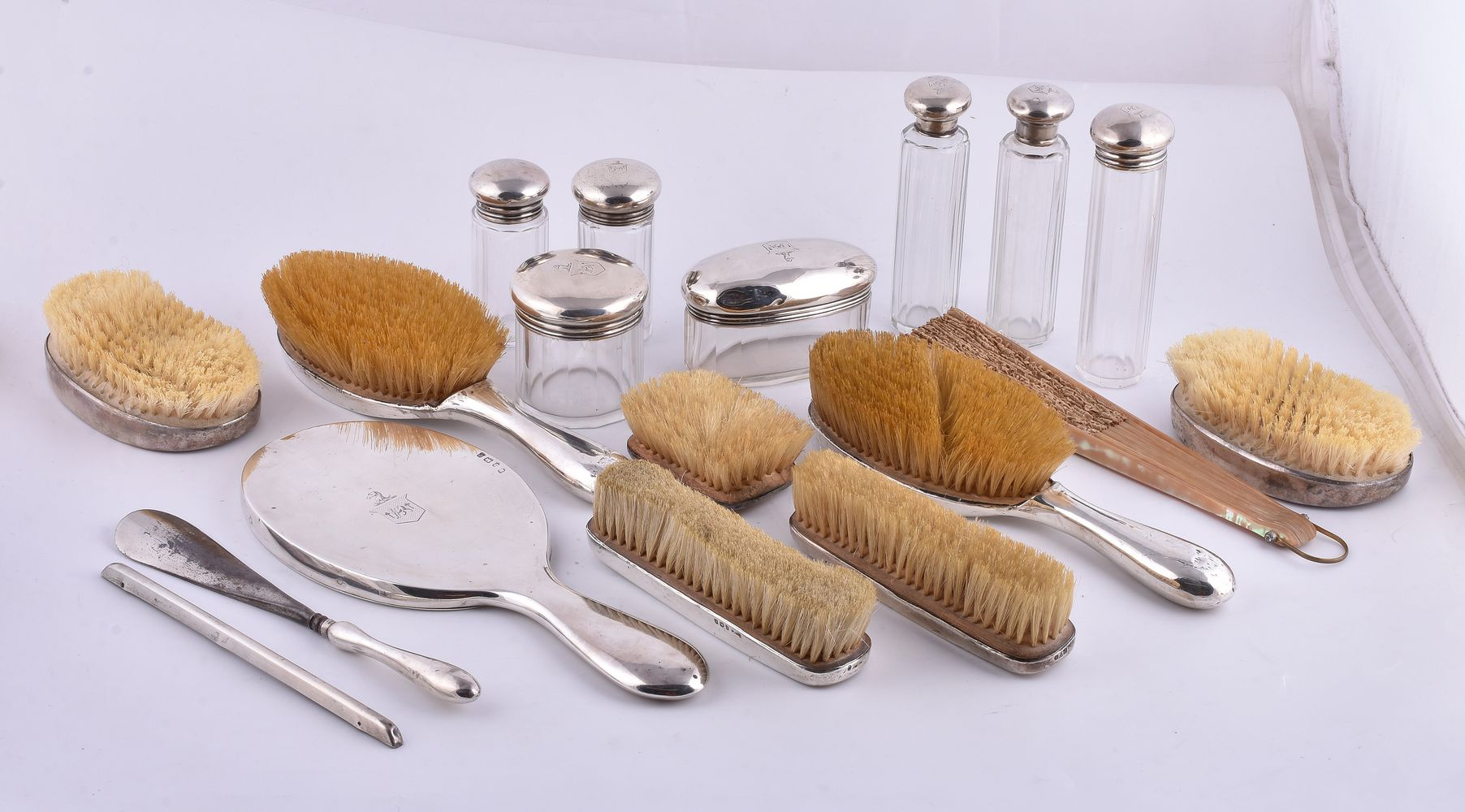 Lot 662 - ϒ A collection of silver mounted glass dressing table jars, brushes and similar