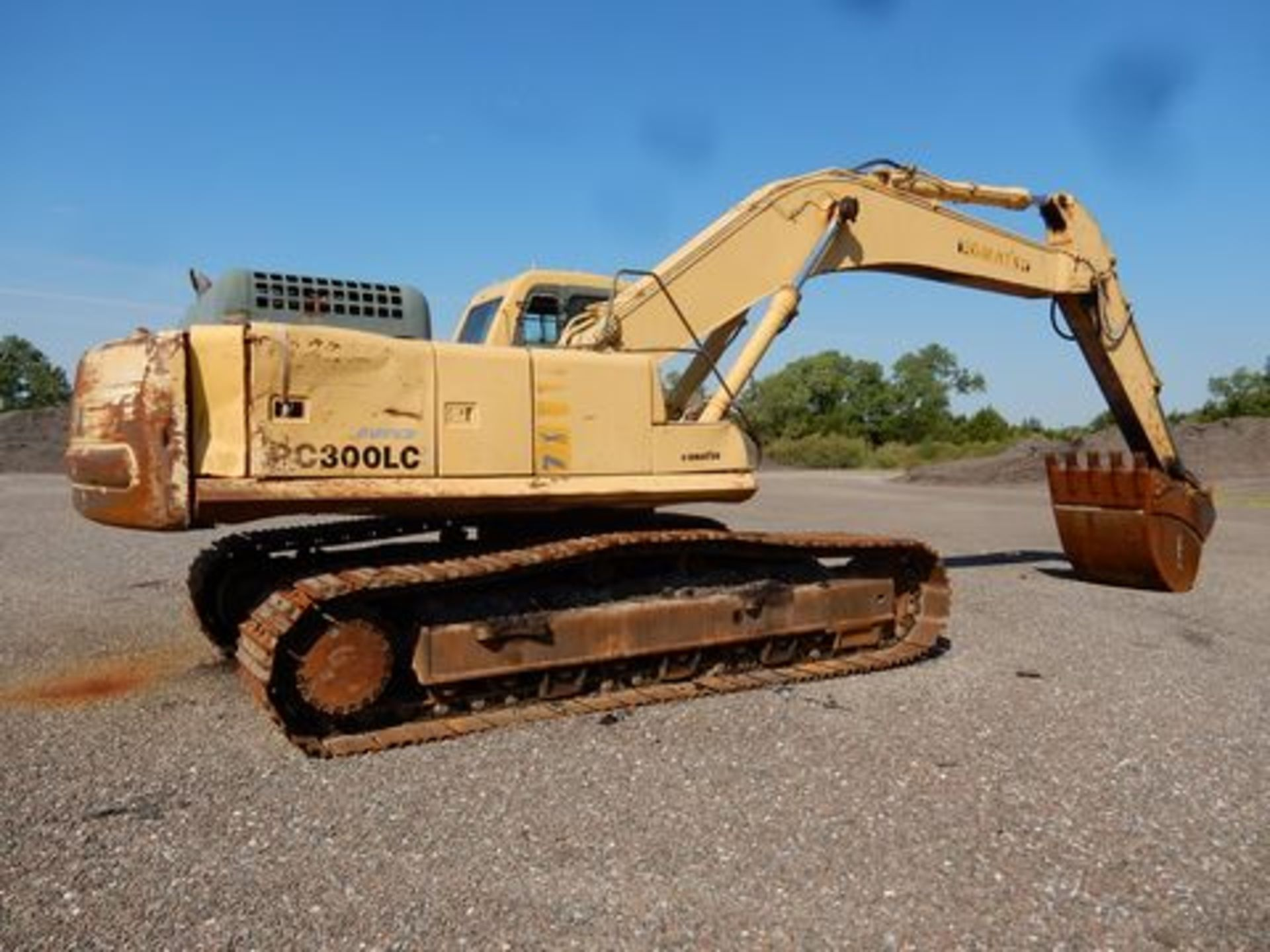 1997 KOMATSU EXCAVATOR, M# PC300LC-6LC, S/N A80735, HOURS N/A, 3-YD BUCKET, MISSING FRONT GLASS - Image 3 of 6