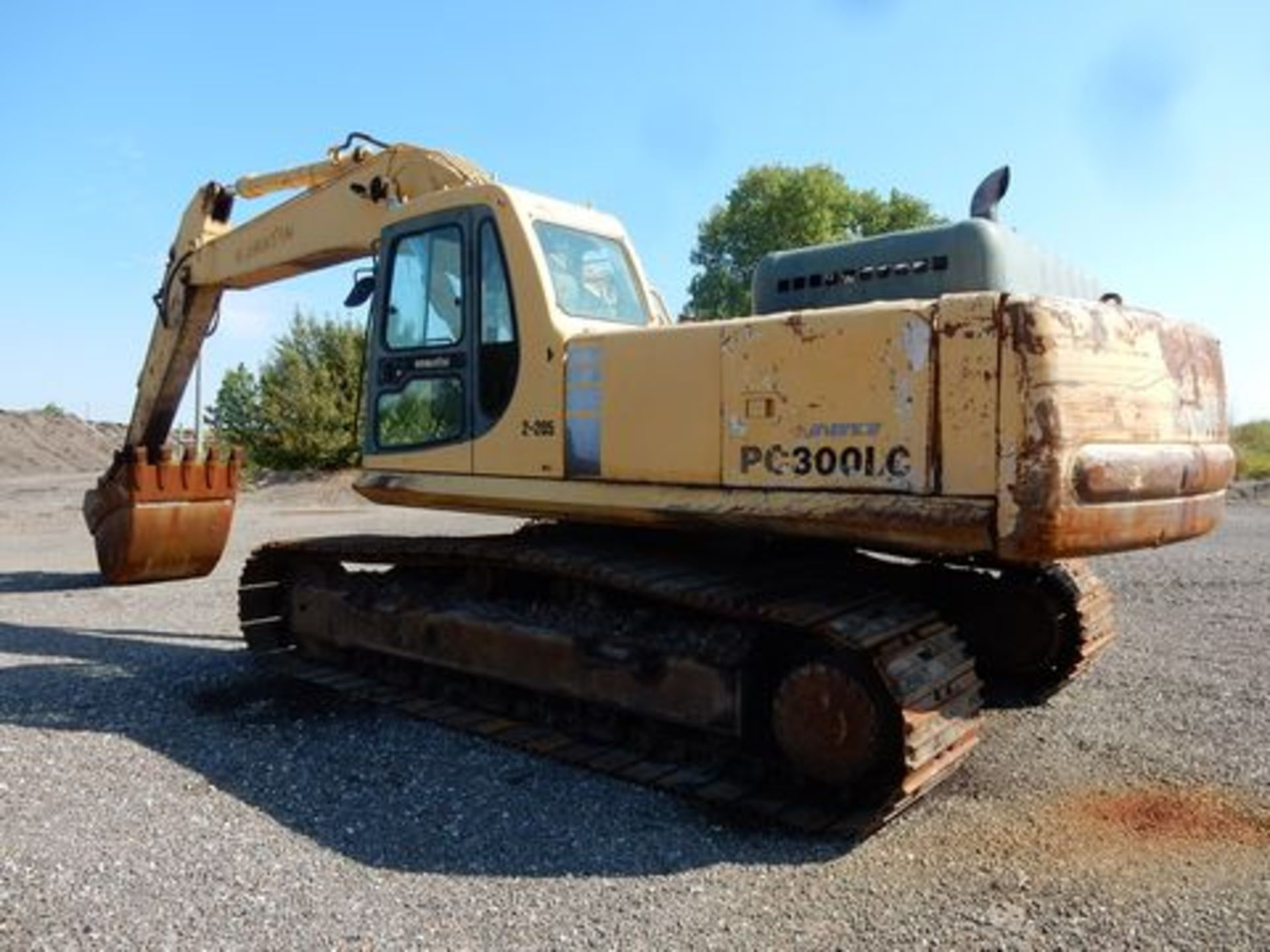 1997 KOMATSU EXCAVATOR, M# PC300LC-6LC, S/N A80735, HOURS N/A, 3-YD BUCKET, MISSING FRONT GLASS - Image 5 of 6