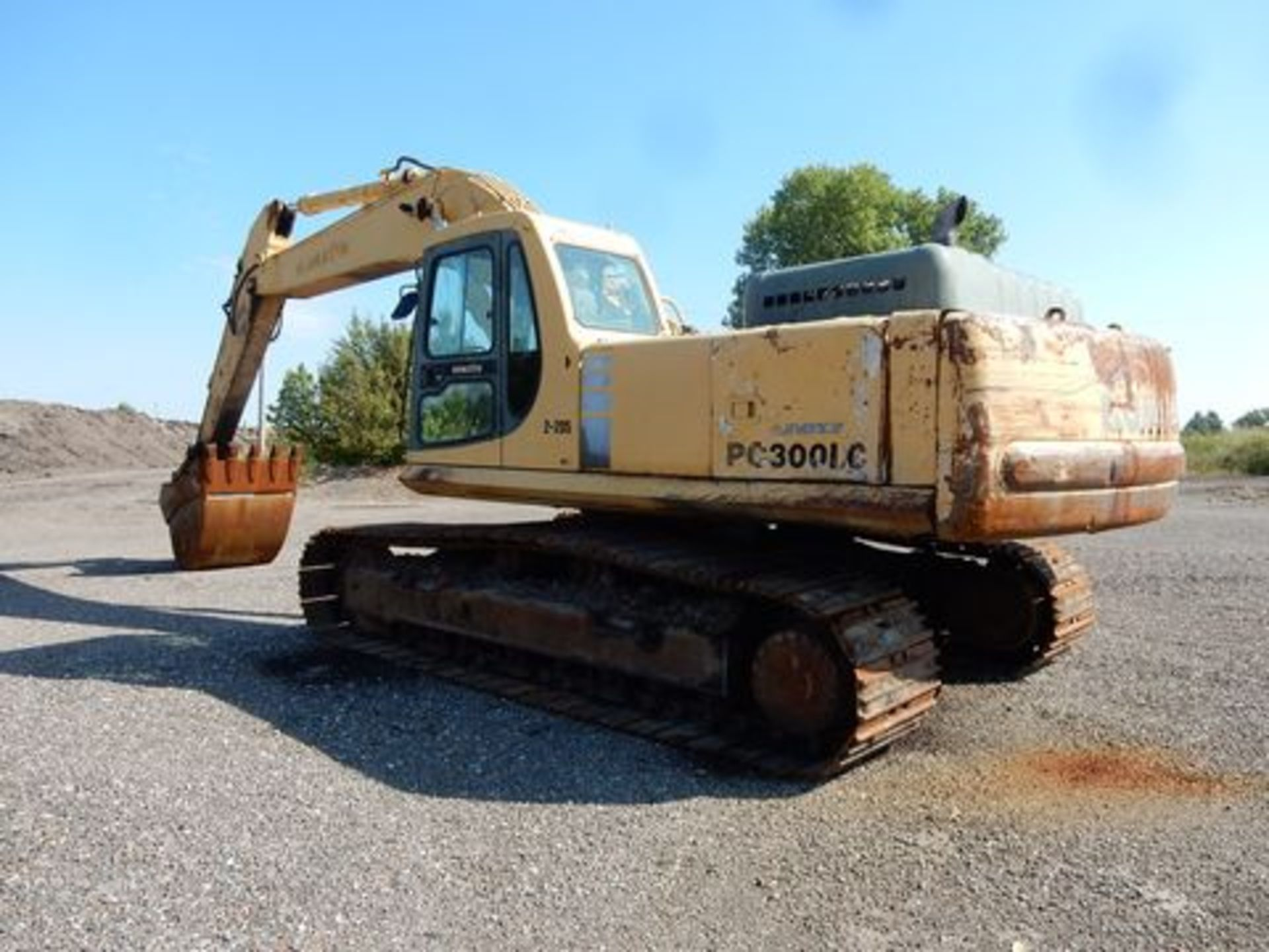 1997 KOMATSU EXCAVATOR, M# PC300LC-6LC, S/N A80735, HOURS N/A, 3-YD BUCKET, MISSING FRONT GLASS - Image 4 of 6