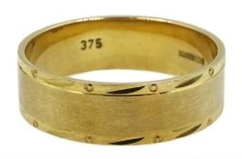 9ct gold band hallmarked, approx 4.37gm