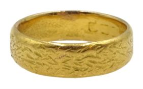 22ct gold wedding band, approx 6.7gm