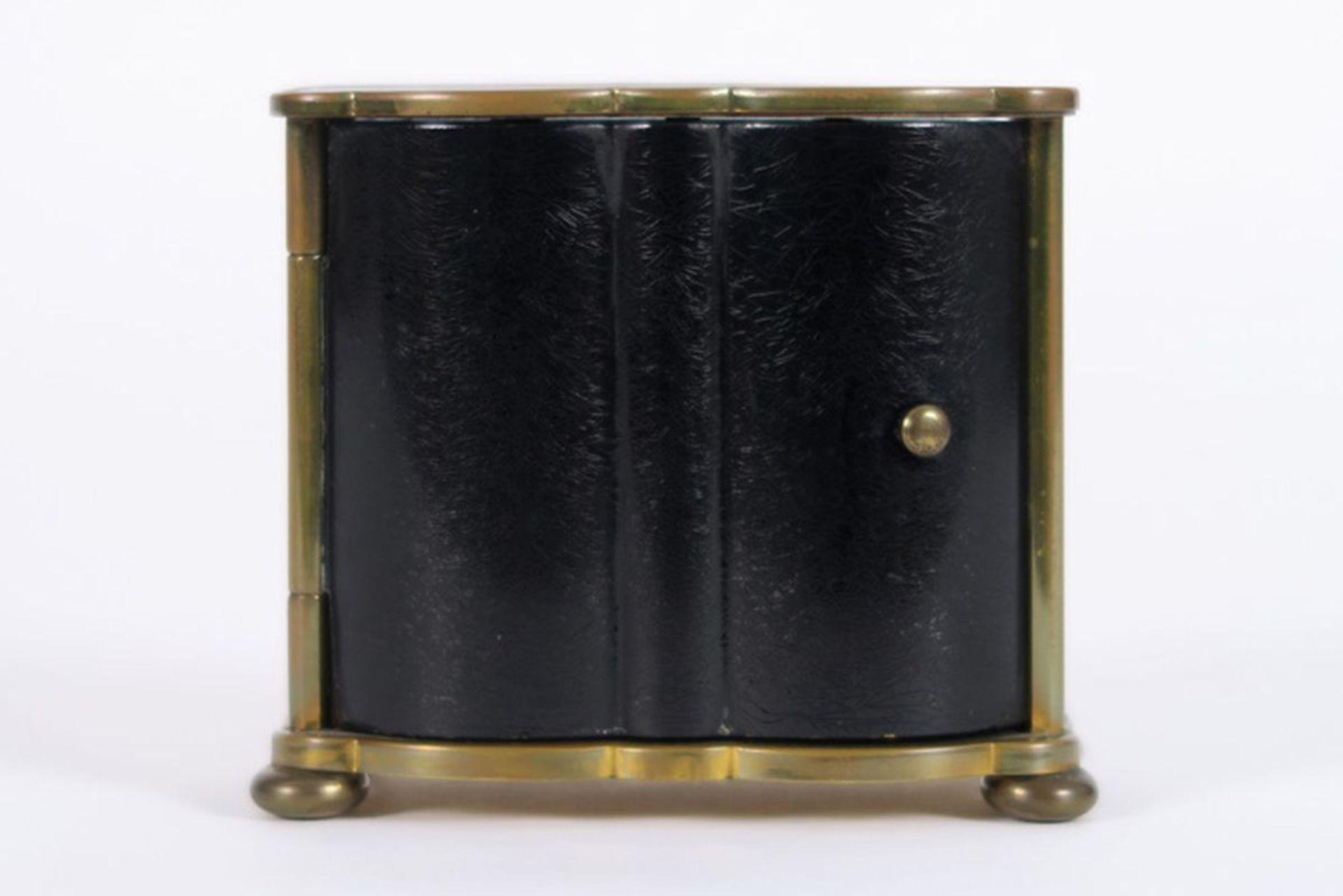 Los 628 - JAZ schattig Frans wekkerklokje met kast met twee deurtjes in gelakt metaal en brons [...]