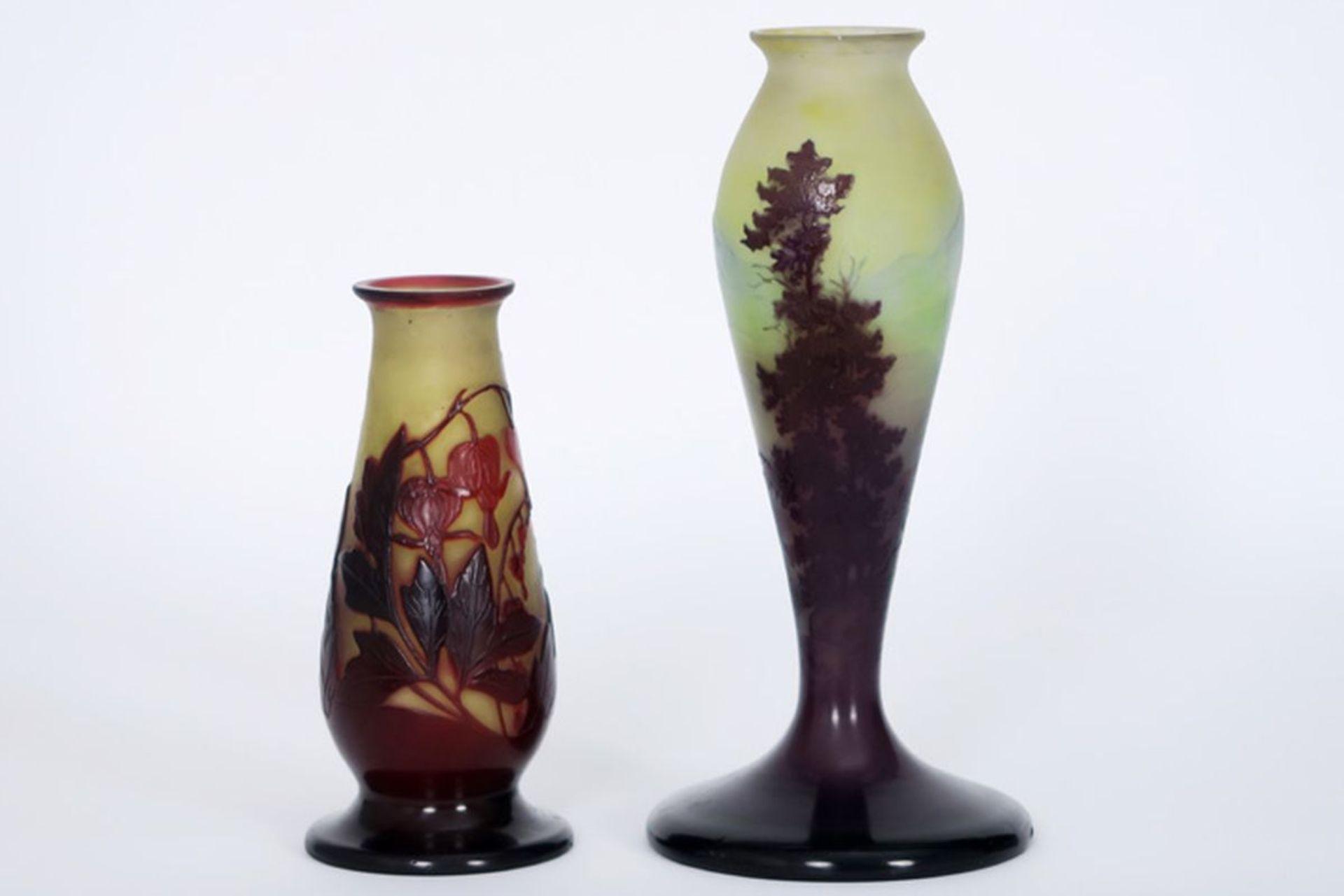 GALLÉ lot met twee Art Nouveau-vaasjes (lampevoeten) in meerlagige glaspasta, één [...]