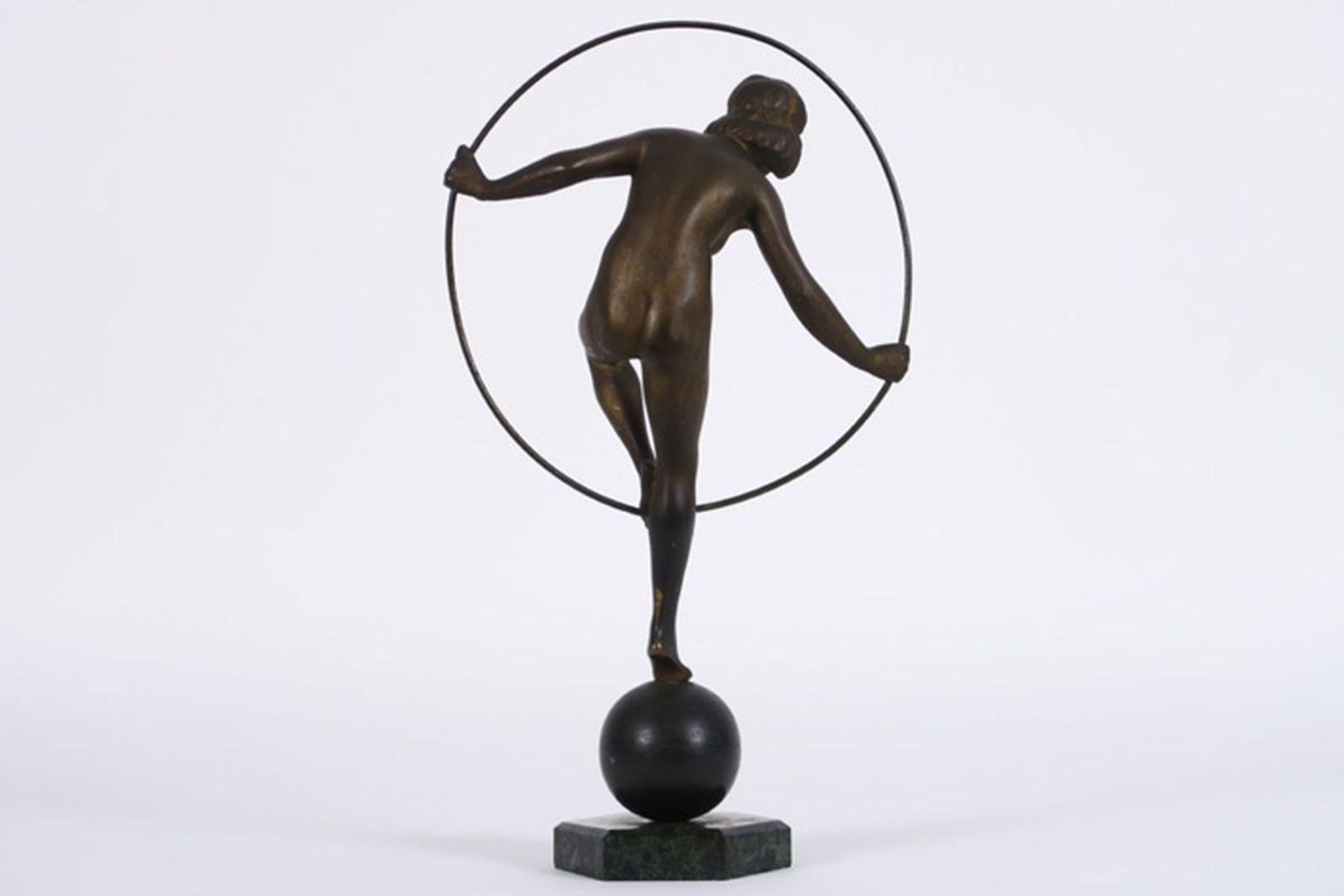 """Los 627 - Art Deco-sculptuur in brons : """"Meisje staand op bal"""" - hoogte : 32 cm - ca 1930 [...]"""