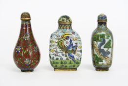 three 'antique' Chinese cloisonné snuff bottles - - Lot van drie 'antieke' [...]