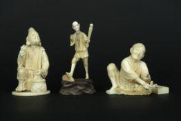 three antique Japanese sculptures in ivory - - Lot van drie antieke Japanse [...]