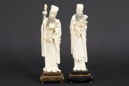 """pair of 'antique' Chinese""""male figure with flowers"""" sculptures in ivory - - Paar [...]"""