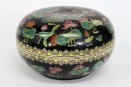 """Chinese round lidded box in porcelain with a Famille Noire """"ducks and flowers"""" decor [...]"""