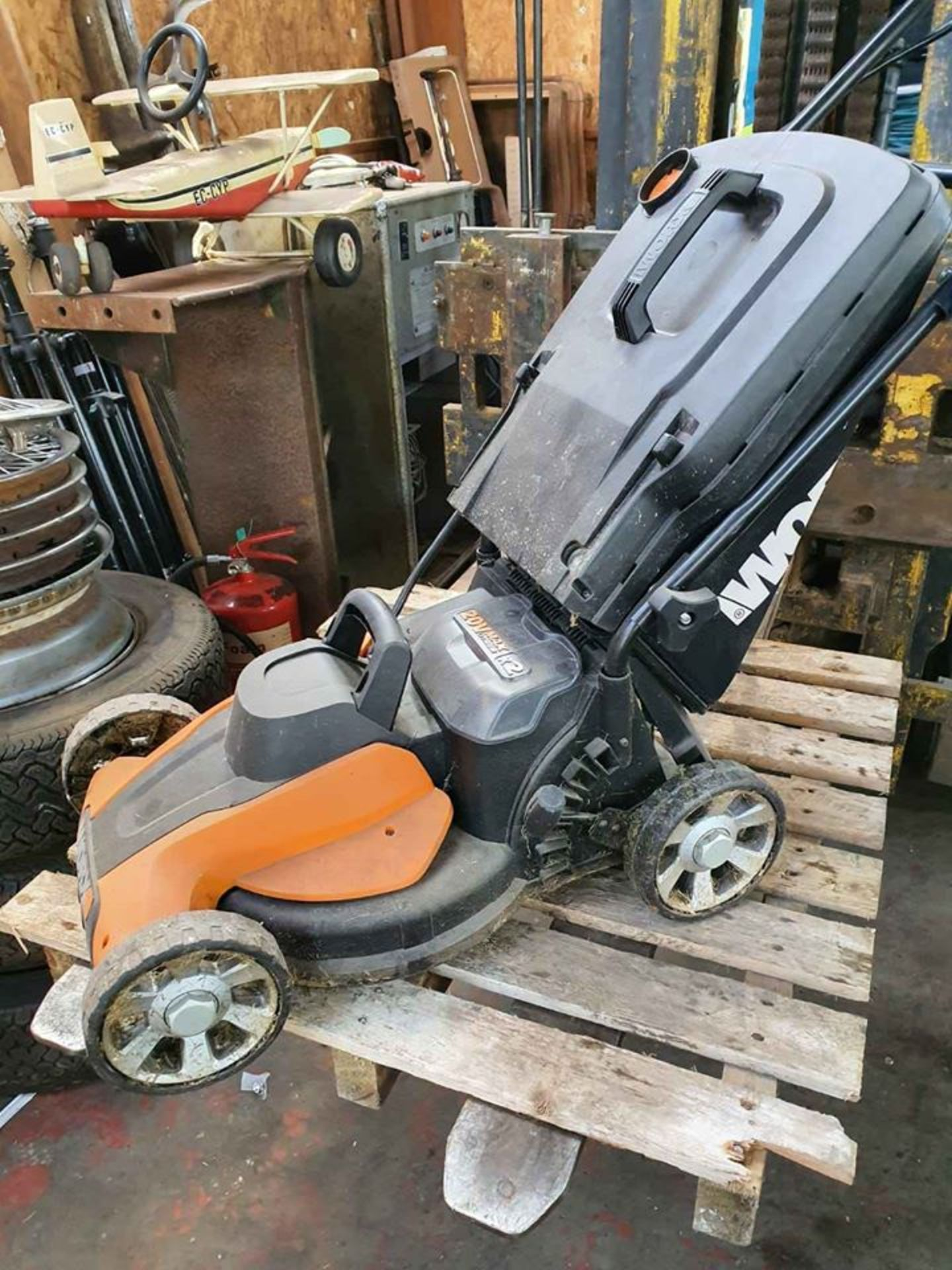 Lot 41 - LAWN MOWER ELECTRIC