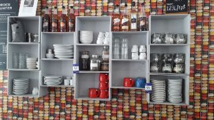 Quantity of branded and unbranded crockery and cut