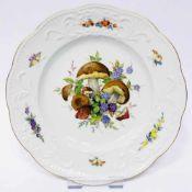 Zierteller / Wandteller: Meissen Porzellan. Pilz- und Fruchtmalerei. Relief. Gold, sehr gut.Leicht