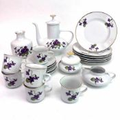 Mokka-Service: Dekor Veilchen.Porzellan. Sechs Teller 17 cm, sechs Untertassen 11 cm, sechs
