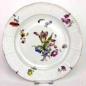 Teller / Zierteller: Meissen. Alte Blumenmalerei. Alt-Ozier. Um 1760.Porzellan weiß glasiert.