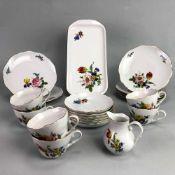 Kaffeeservice, Blumen Bukett.Porzellan weiß glasiert, Dekor Blumen-Bouquet und gestreute Blumen. 6
