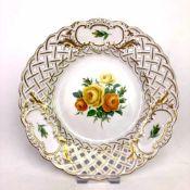 Durchbruchteller: Gelbe Rose, Meissen, Goldränder.Porzellan weiß plasiert, aufwendig von Hand