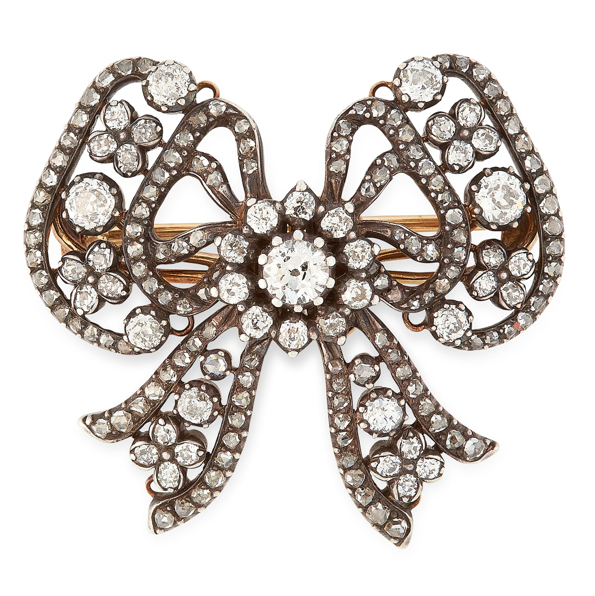 Los 39 - AN ANTIQUE DIAMOND BOW BROOCH, CARTIER LATE 19TH CENTURY in 18ct yellow gold and silver, designed as