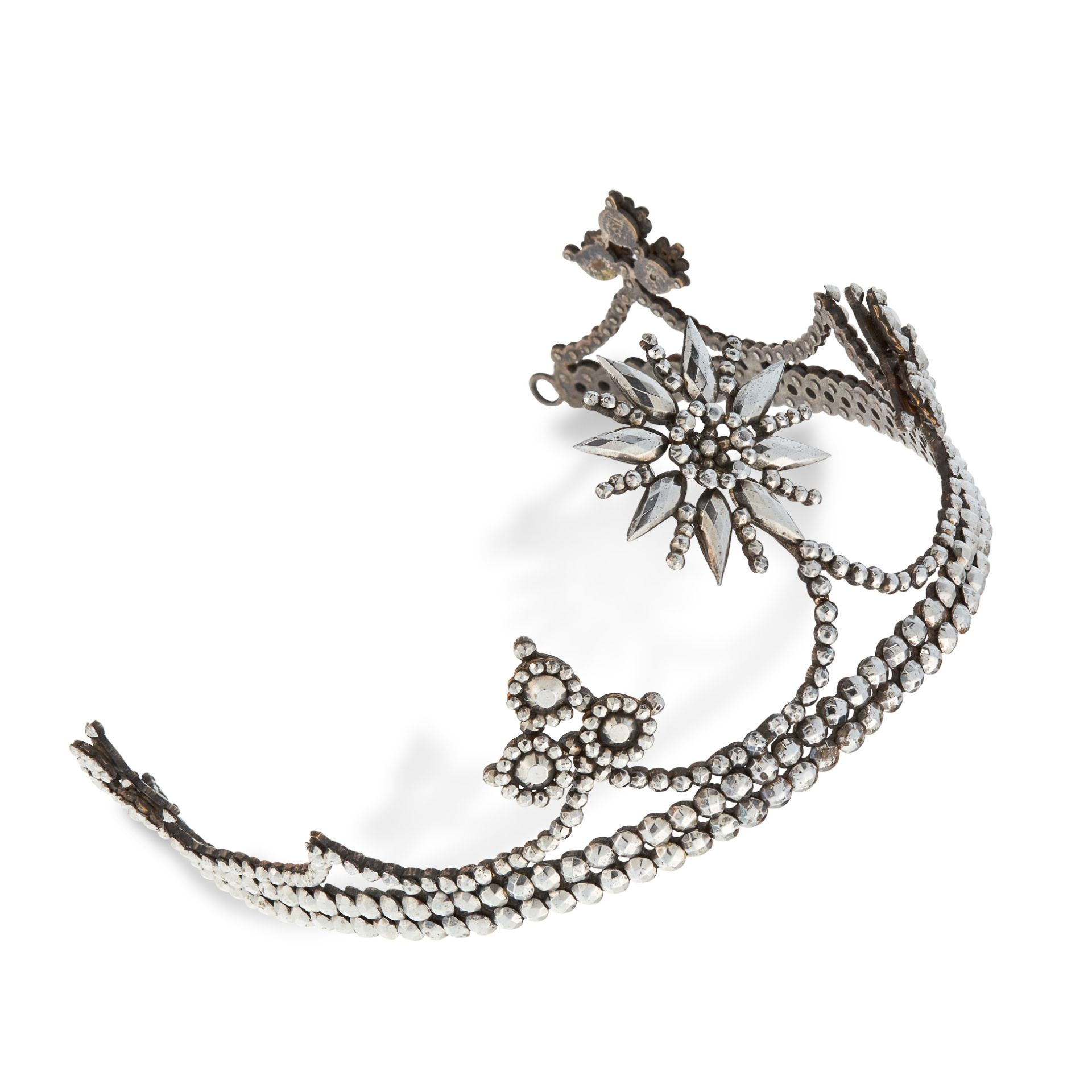 A CUT STEEL TIARA / HAIRPIECE, EARLY 20TH CENTURY the body with star and trefoil motifs, jewelled - Bild 2 aus 2