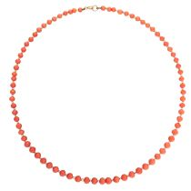 AN ANTIQUE CORAL BEAD AND PEARL NECKLACE in yellow gold, comprising a single row of graduated
