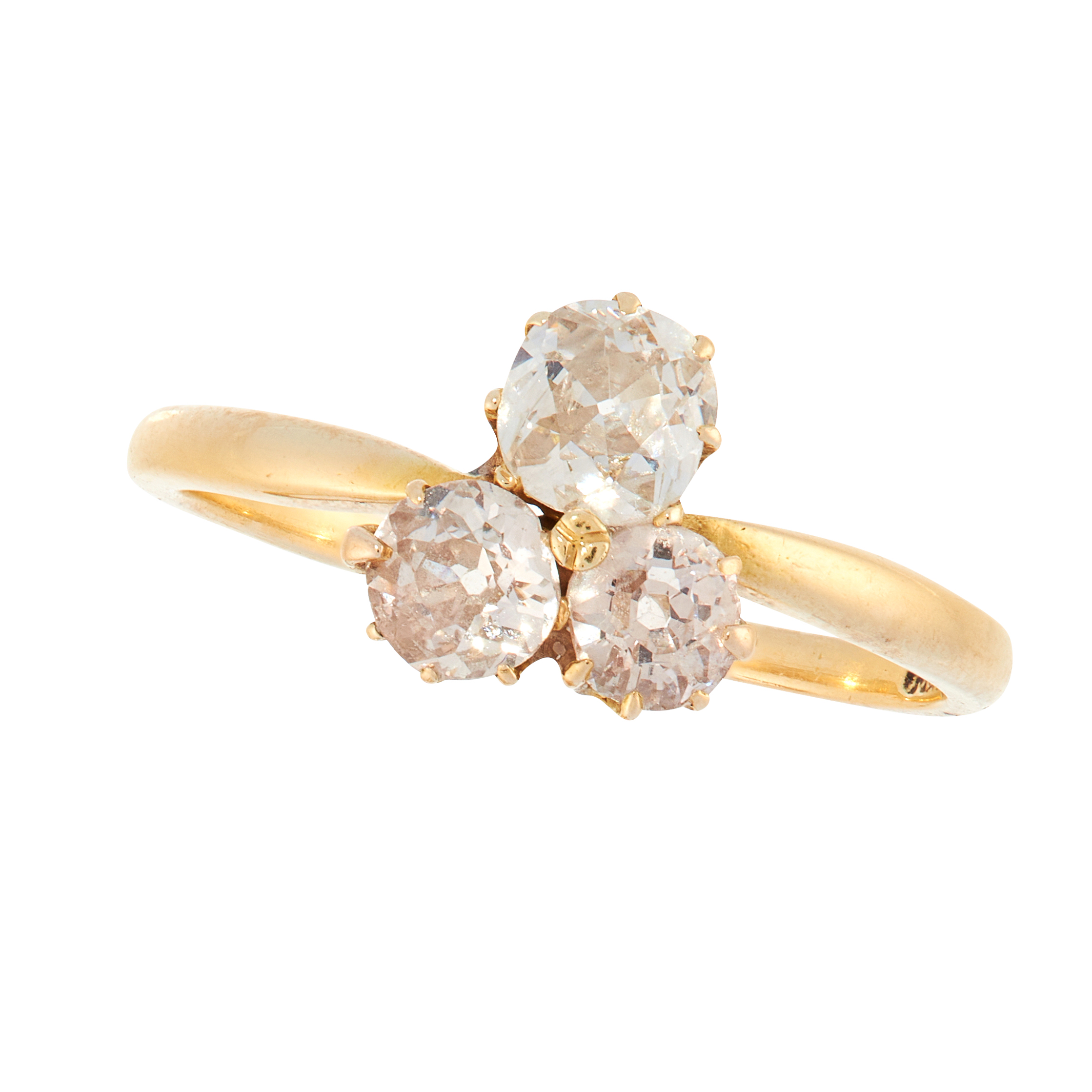 AN ANTIQUE DIAMOND DRESS RING, CIRCA 1900 in 18ct yellow gold, set with a trio of diamonds in a