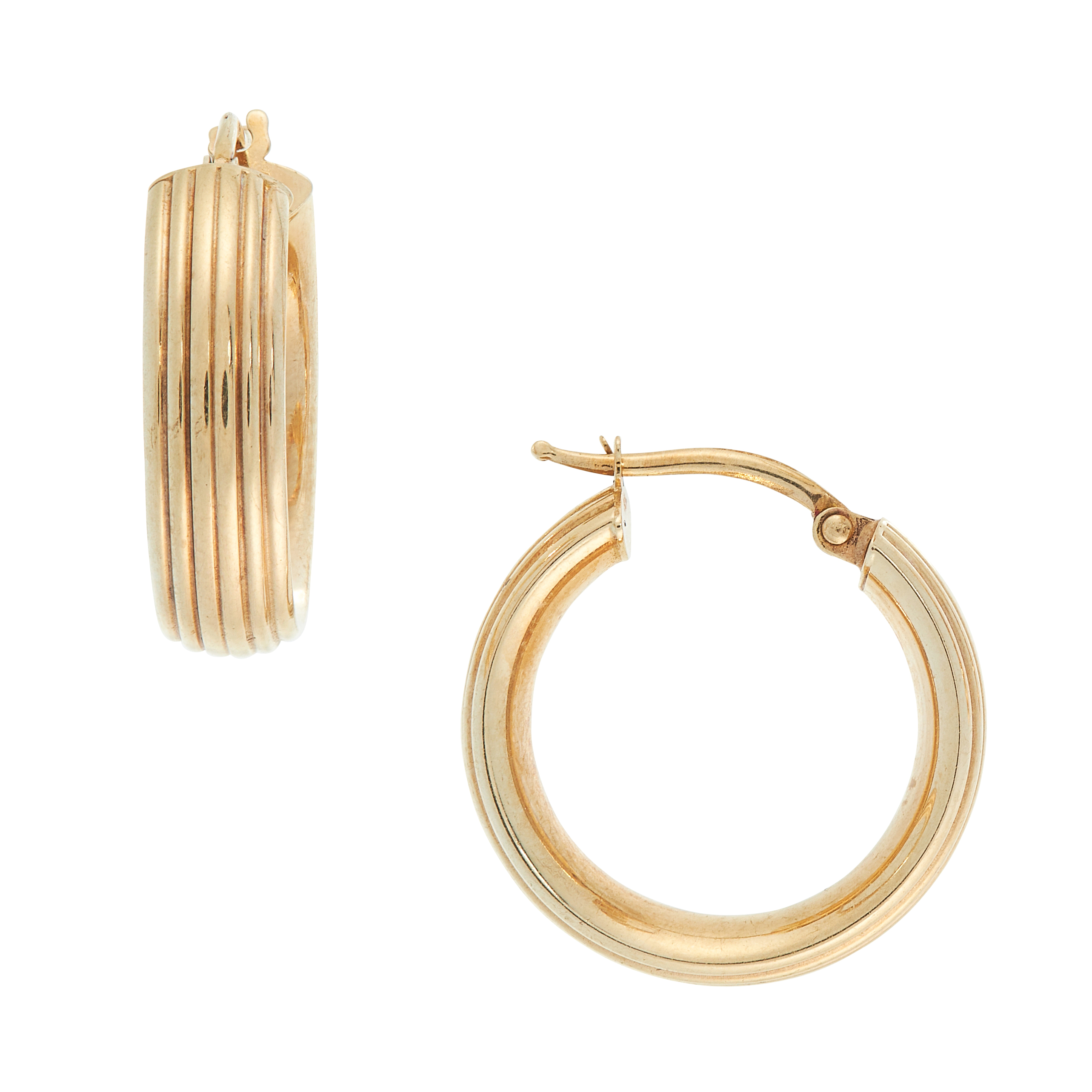 A PAIR OF VINTAGE GOLD HOOP EARRINGS in yellow gold, each designed as a full hoop with reeded