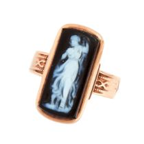 AN ANTIQUE CAMEO DRESS RING in yellow gold, set with a rectangular carved hard stone cameo depicting