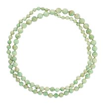 A JADEITE JADE BEAD NECKLACE in yellow gold, comprising a single row of graduated round polished
