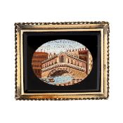 AN ANTIQUE HARDSTONE MICROMOSAIC BROOCH, 19TH CENTURY in yellow gold, set with a rectangular