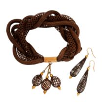 AN ANTIQUE HAIRWORK MOURNING BRACELET AND EARRINGS SUITE, 19TH CENTURY in yellow gold, the