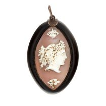 AN ANTIQUE CAMEO PENDANT in navette form, set with a navette shaped agate cameo depicting the bust