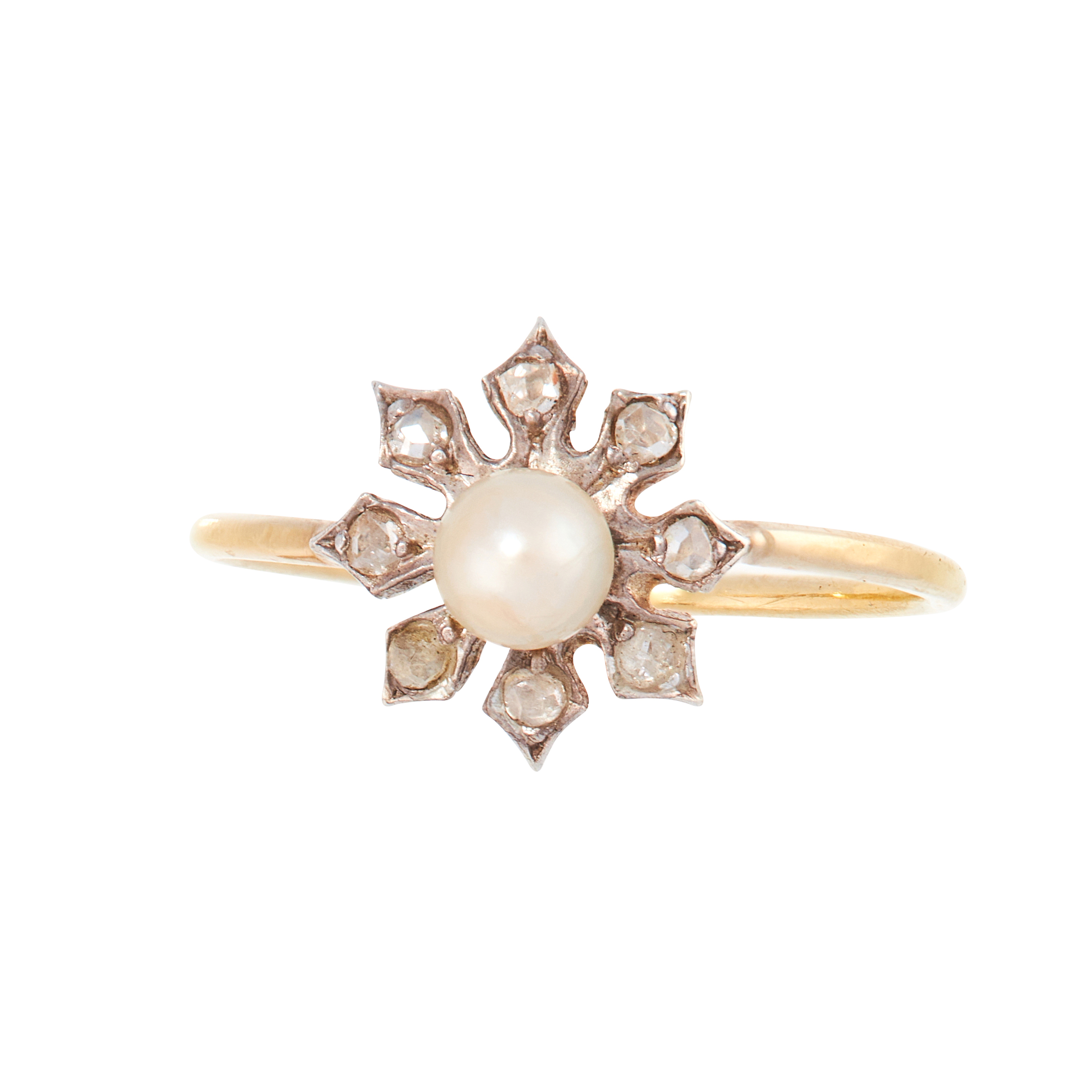 AN ANTIQUE PEARL AND DIAMOND DRESS RING in 18ct yellow gold and silver, set with a pearl of 4.4mm